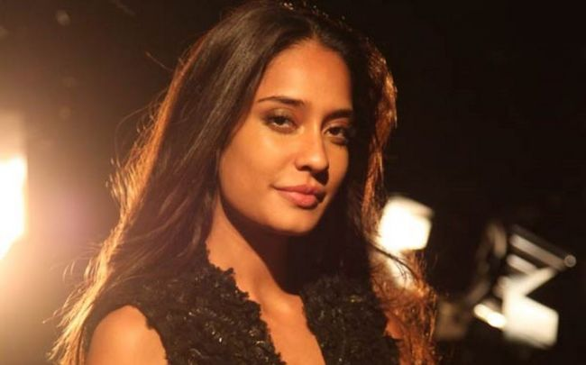 Lisa Haydon ele restaura a frente Tweet Kamaal R Khan inadequado